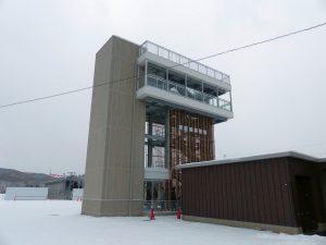"""""""道の駅しりうち""""に併設された展望塔。写真右手前側が道の駅。"""