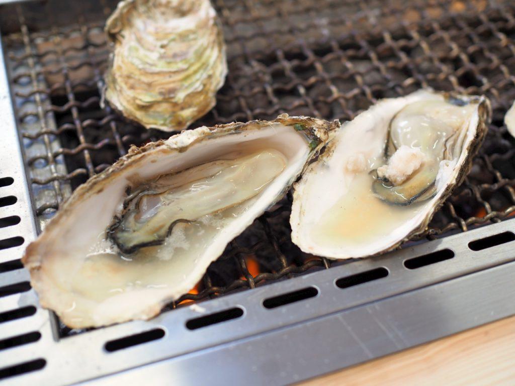 牡蠣を殻ごと豪快に網焼き(2016年4月のリニューアル前)