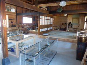 様々なジャンルの展示品が所狭しと並ぶ
