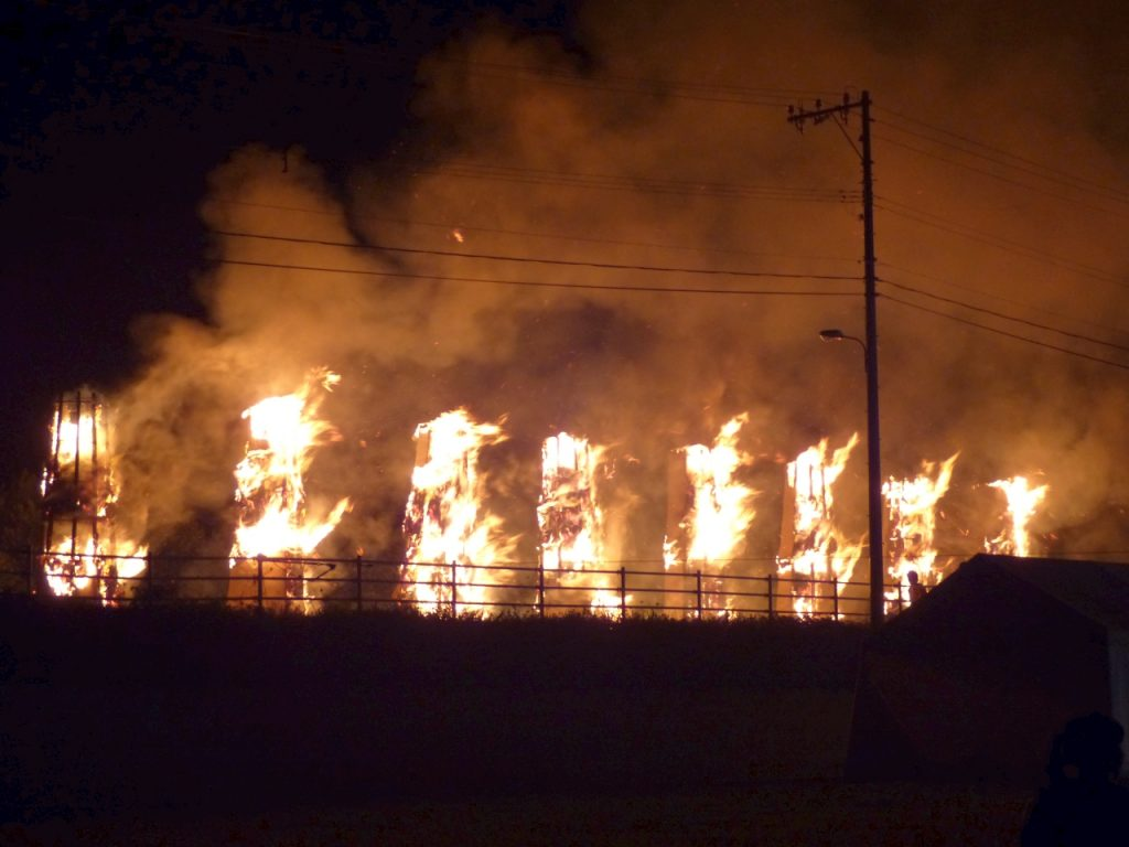 燃え盛る8本の巨大松明