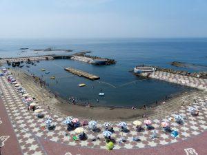 防波堤で囲まれた安全な海水浴場