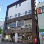 中心街に建つ本店