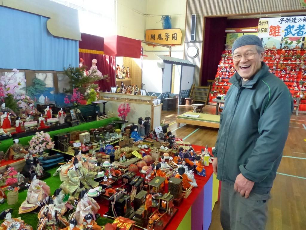年代物の人形を前に、構想を楽しげに語る熊谷さん