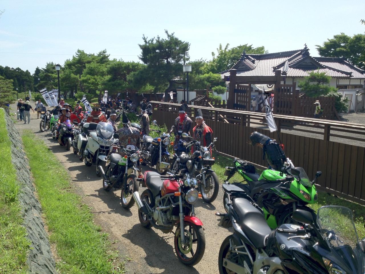 出発前のバイクと鎧武者たち