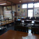 テーブル席と小上がりが並ぶホール