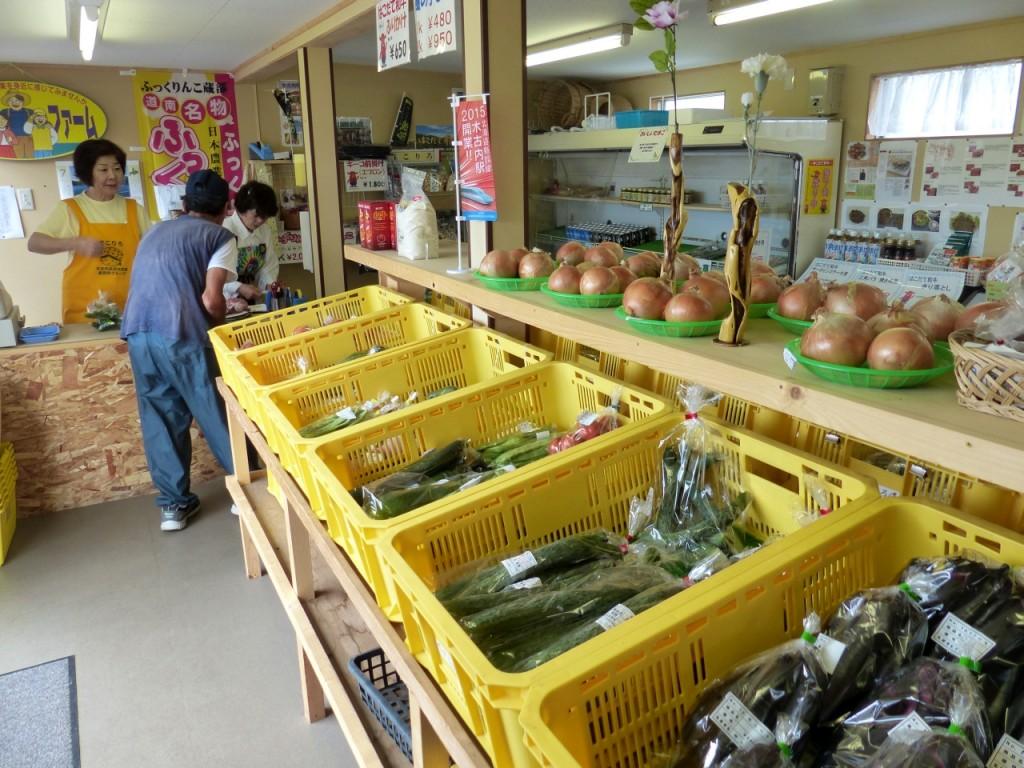 店内には旬の野菜類が数多く並ぶ