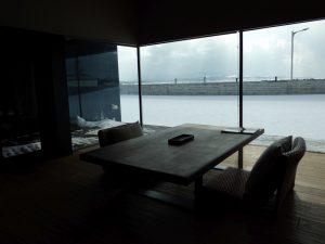 日本海を見ながら落ち着ける室内