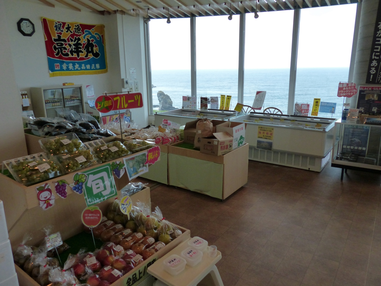 1階は数多くの特産品売場