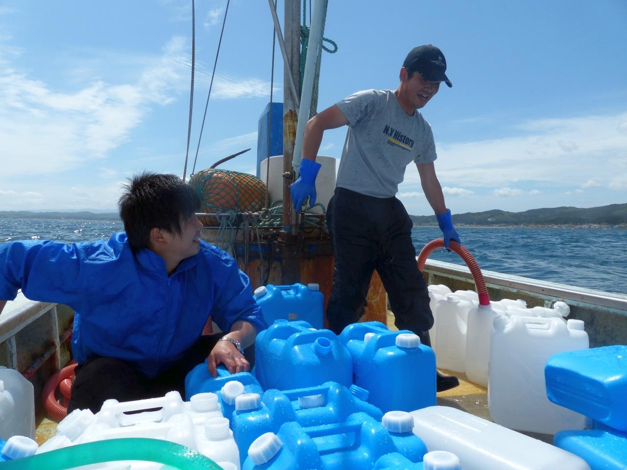 揺れる船上でも軽快に動き回る三浦さん(右)。鈴木さんも必死にお手伝い。