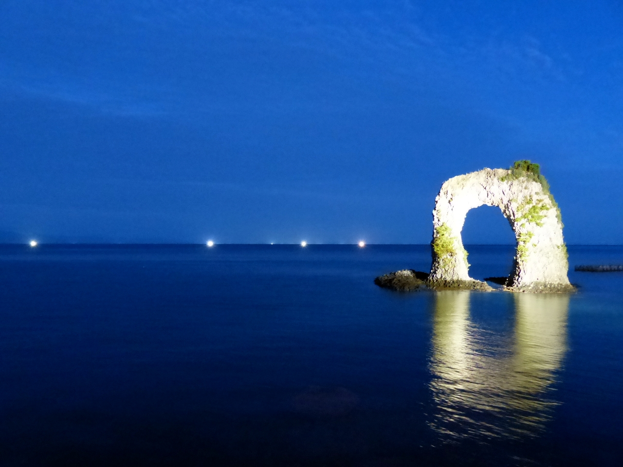 幻想的な夜景を眺めながら、海岸沿いを走る