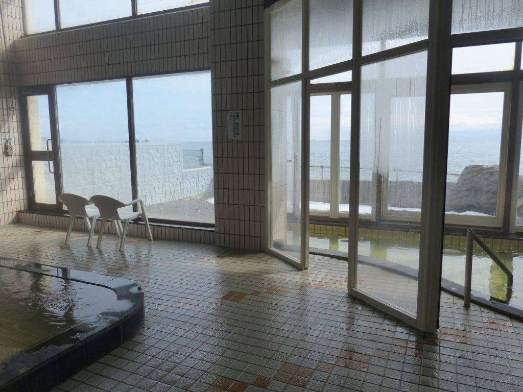 津軽海峡を正面に眺める浴場