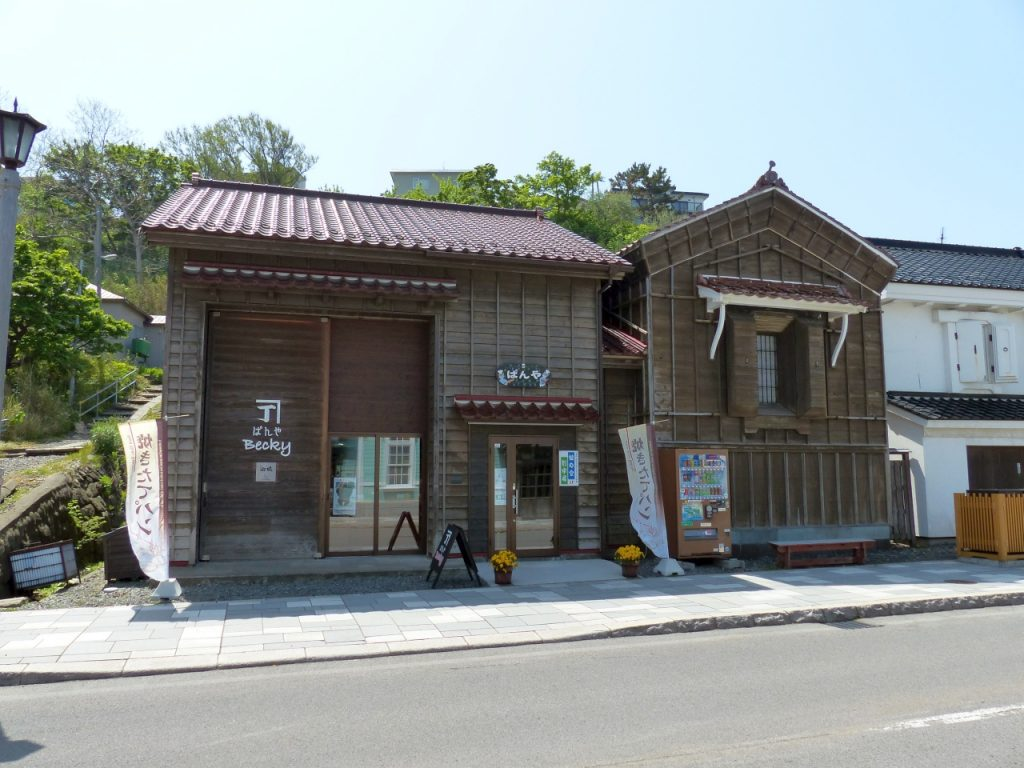 店舗(左)と元呉服店の蔵(右)をそのまま活用した、趣のある店構え