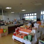 数多くの商品が並ぶお土産品コーナー