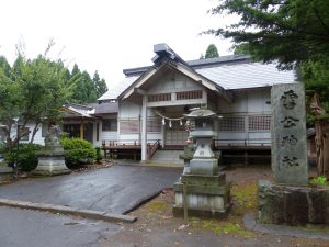 白い壁が特徴的な神社