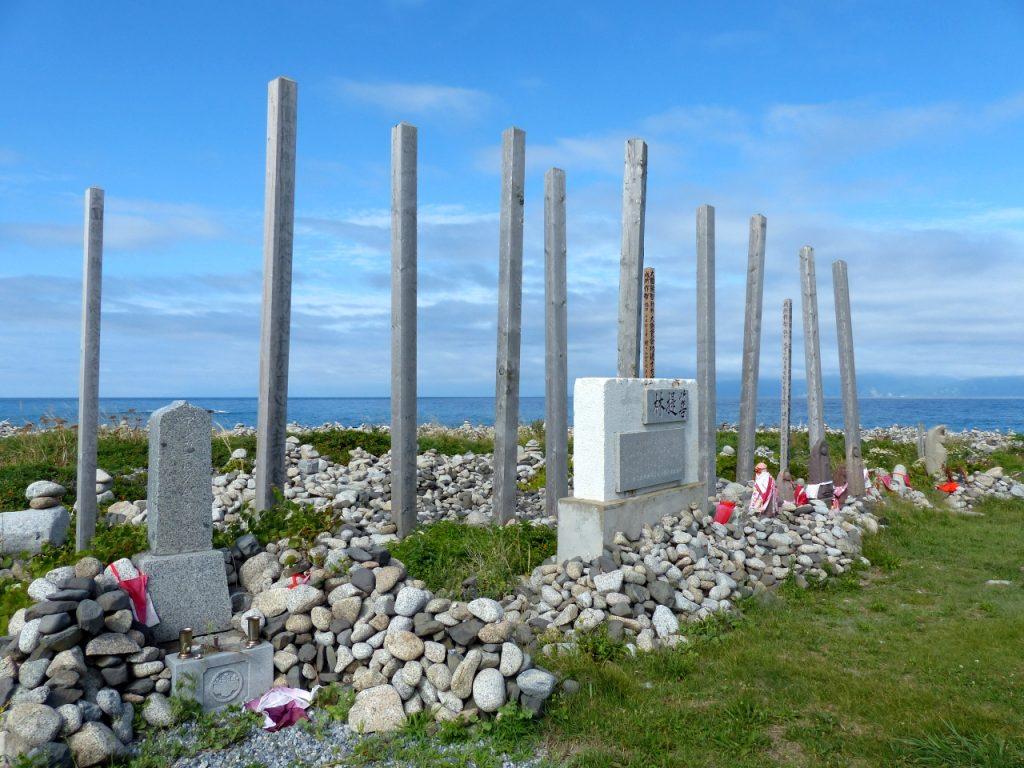 海沿いに建つ卒塔婆の数々