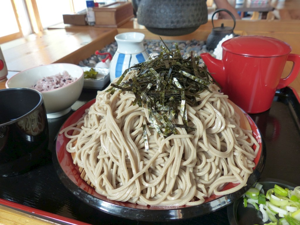 """本当に大盛りの""""大もりそば。黒米入りご飯と漬物付き"""