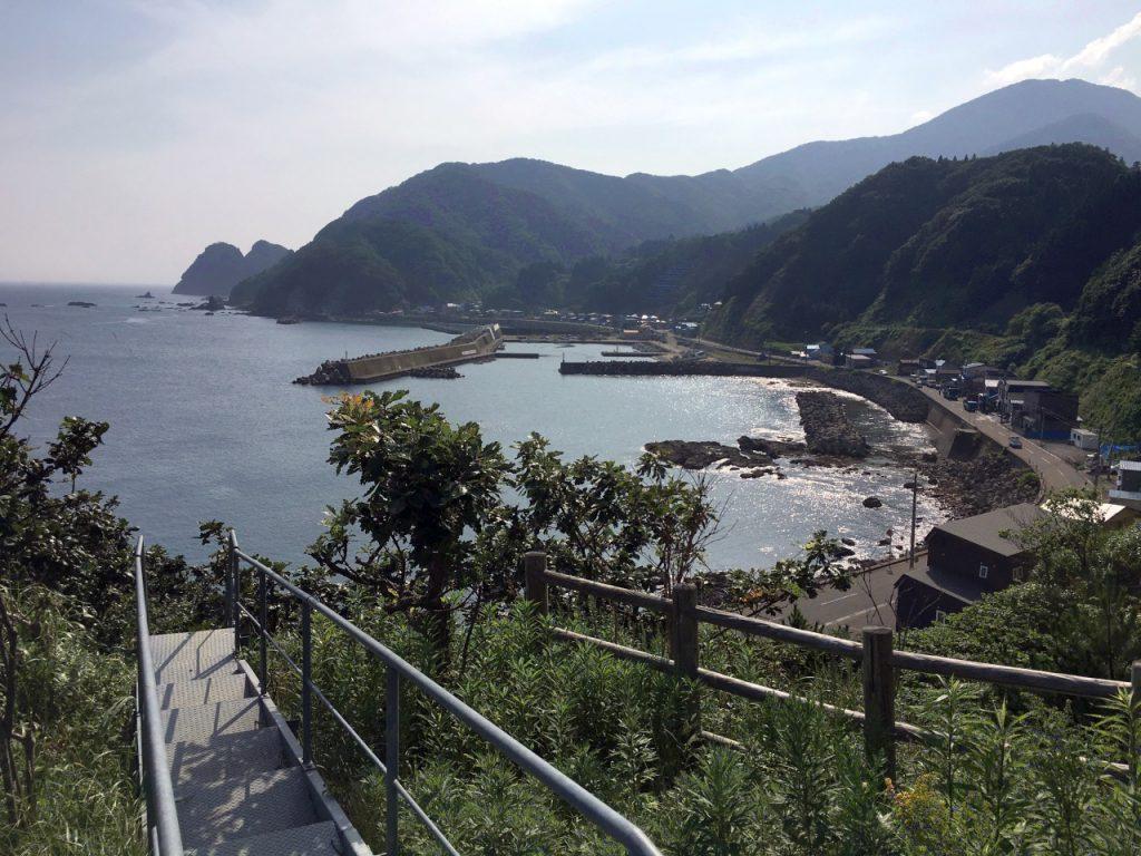 小谷石の集落とその先の矢越岬方面を望む