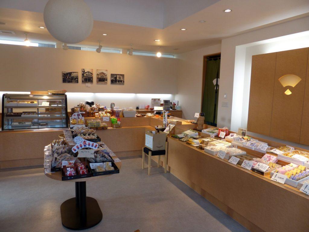 数多くの和菓子が並ぶ店内