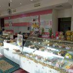 ケーキや洋菓子など、様々な商品が並ぶ店内