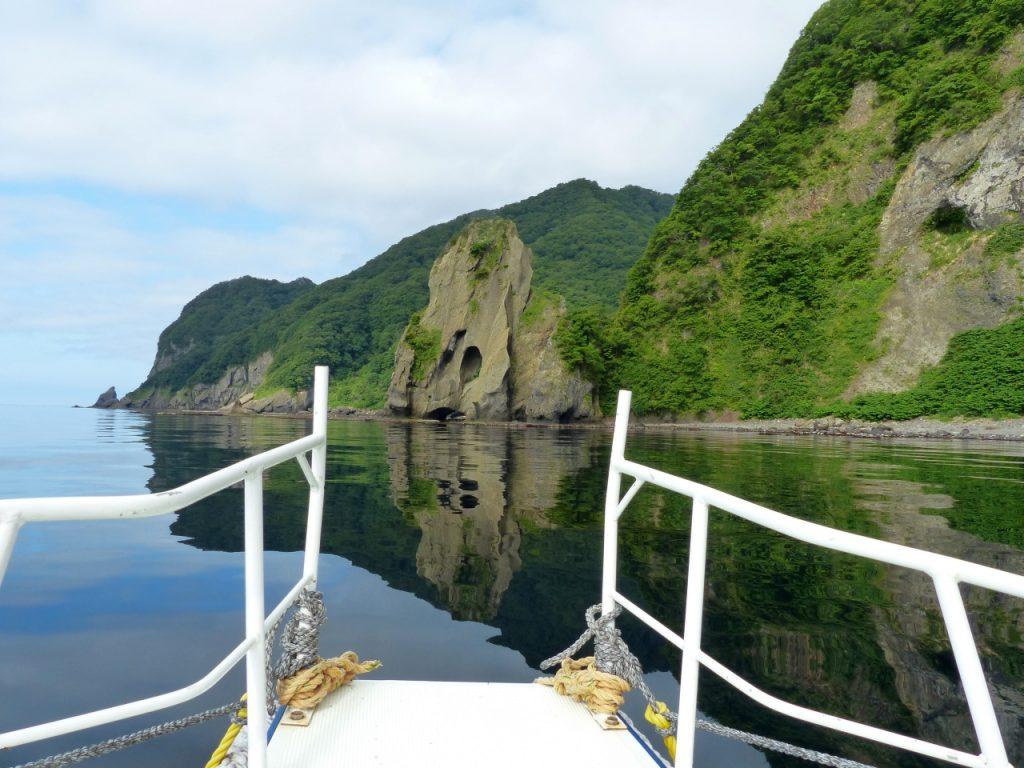 奇岩が並ぶ、人跡未踏の海岸沿いをクルーズ