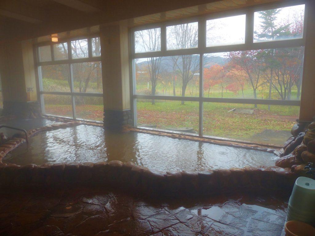 浴室からは湯ノ岱の自然と紅葉が